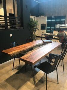 Très belle table en bois et en verre